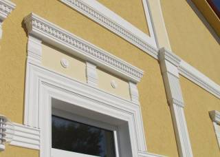 Fassadenverzierung mit unterschiedlichsten Fassadenelementen