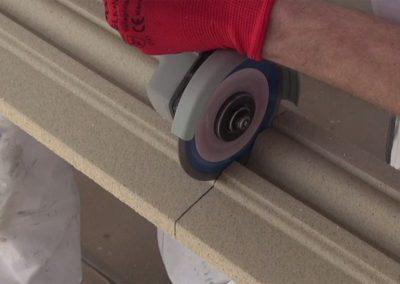 Fassadenprofil-Beschichtung-mit-Winkelschleifer-durchtrennen