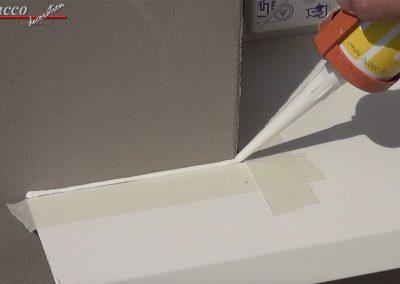 Fuge-mit-wasserabweisender-Acryl-Dichtmasse-schliessen