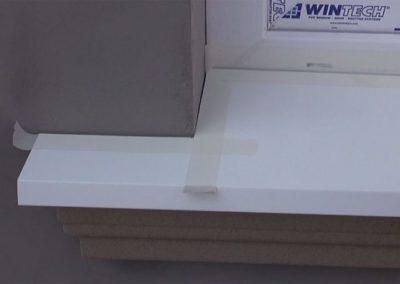 Minimale-Spalte-zwischen-Hausfassade-und-Fensterbank