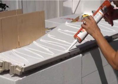 Styroporkleber auf Fenstergiebel auftragen