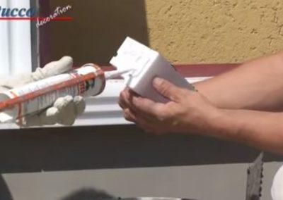 Styroporkleber auf Klebefläche am Übergang von Fensterbankprofil zu Schließelement auftragen