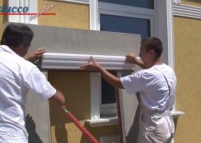 Unbeschichtetes Fassadenprofil am Fenstersturz ausrichten
