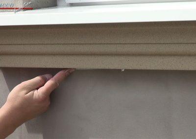Wasserabweisende-Acryl-Dichtmasse-unter-Fensterbankprofil-glaetten