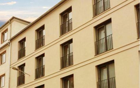 Gesims aus Styroporstuck an moderner Hausfassade