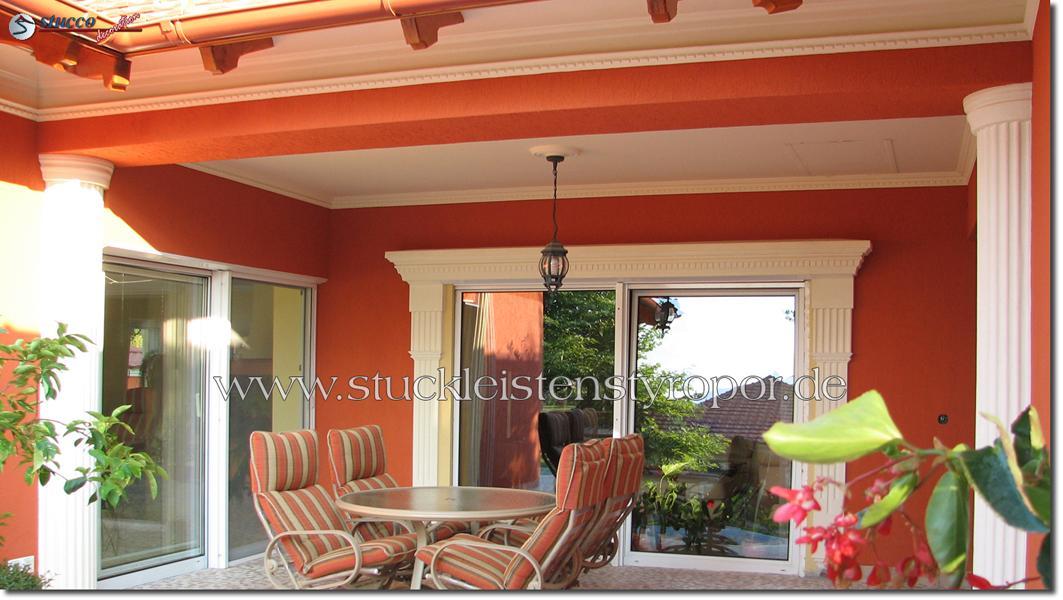 Halbsäulen und unterschiedliche Fassadenprofile für die Terrassengestaltung