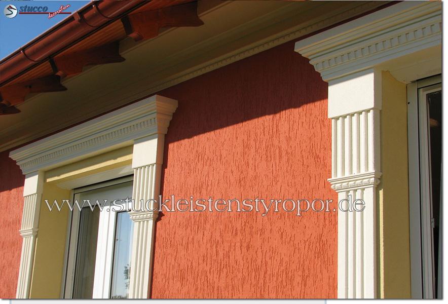 Fassadenprofil mit Zinnenmuster am Fenstersturz