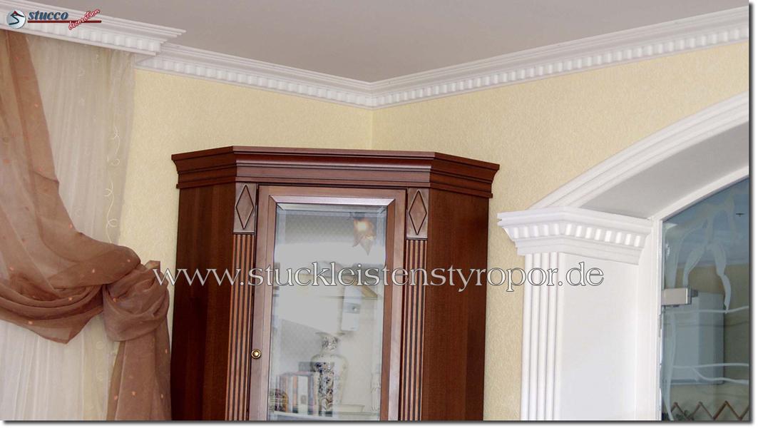 Säulenkapitell und Zierleisten im selben Stuckmuster