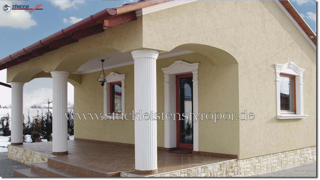 Fensterverzierung mit geschwungenen Fassadenelementen und Zierornamenten