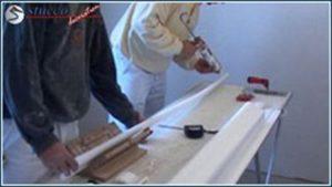 Styroporkleber auf Styroporstuckleisten auftragen