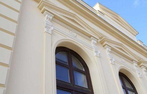 Fassadenstuck Styropor mit klassischem Stuckmuster an restaurierter Hausfassade