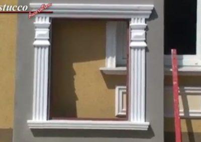 Fertige Fensterumrandung aus unbeschichteten Fassadenprofilen und Zierornamenten