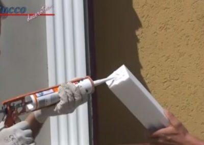 Auf Klebefläche von Fensterbankprofil zum Schließelement Styroporkleber auftragen