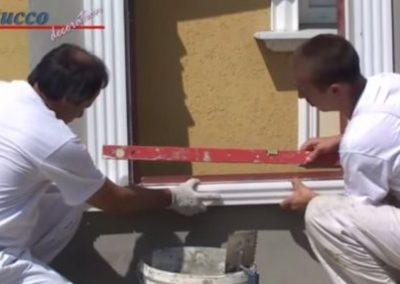 Unbeschichtetes Fensterbankprofil ankleben und mit Wasserwaage ausrichten