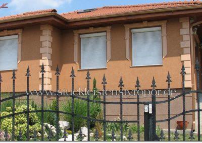 Fassadengestaltung mit Fensterumrandung und Bossensteinen