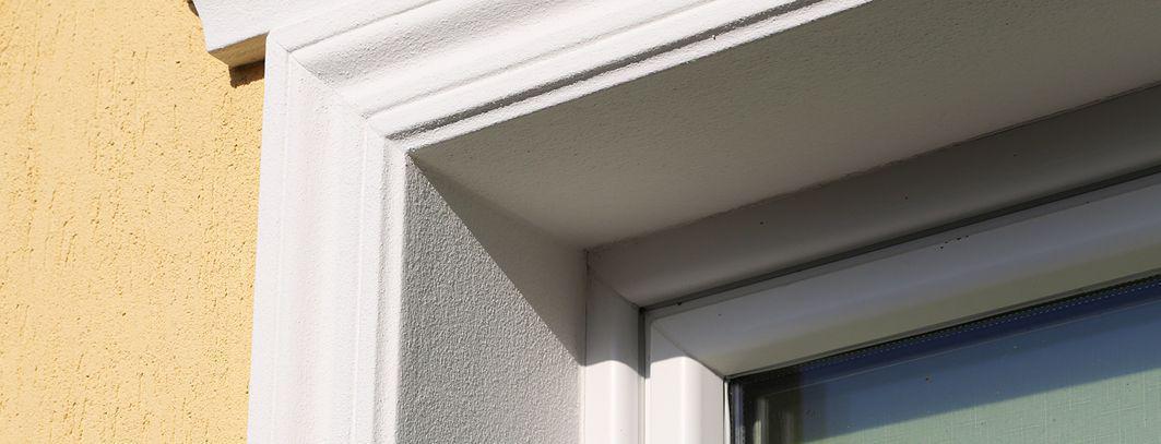Beschichtetes Fassadenprofil zur Fensterverzierung und Dämmung der Laibung