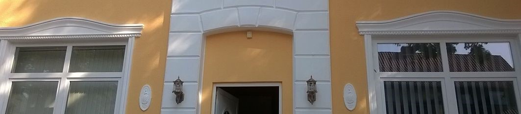 Einbaufertige Fenstergiebel zur Fassadendekoration