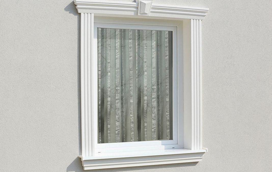 Fensterumrandung mit Fenstersims, Fensterfaschen und Fassadenprofil mit Schlussstein für den Fenstersturz