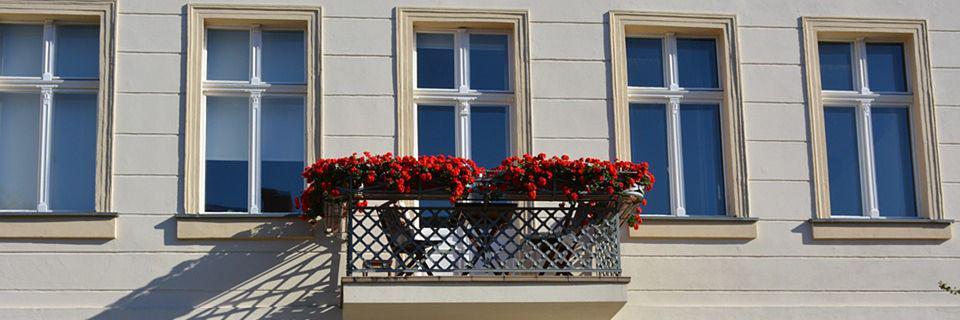 Klassisches Fassadendekor für moderne Fensterumrandung