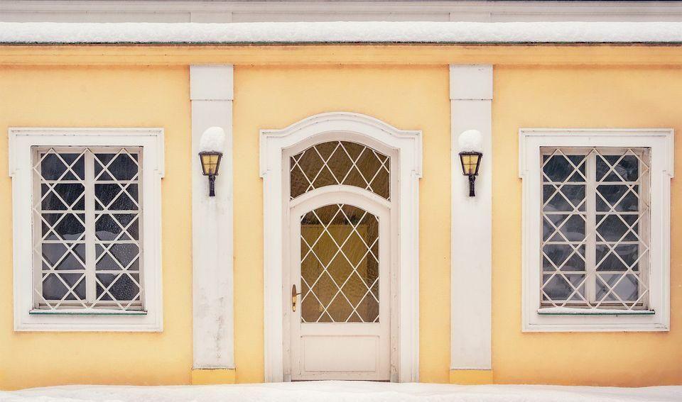 Geschwungener Fassadenstuck für Fenster und Türen