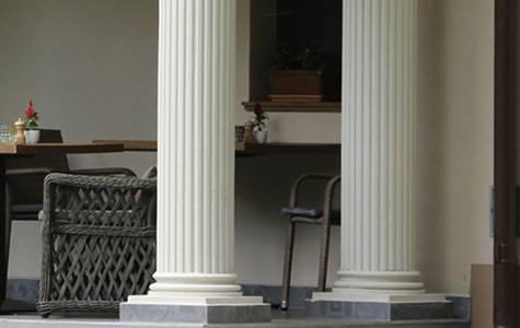 Säulendekoration mit Styroporstuck