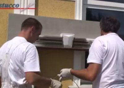 Unbeschichteten-Fassadenstuck-mit-Spachtelkleber-beschichten