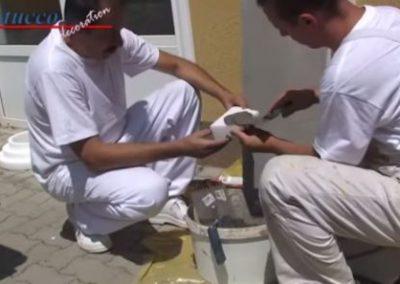Unbeschichtetes-Fassadenstuck-Schließelement-Spachtelkleber-auftragen