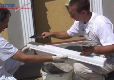 unbeschichtetes-Fensterbankprofil-Spachtelkleber-auftragen