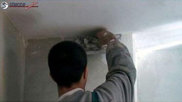 Glätten der Wand als Vorbereitung der Stuckarbeiten